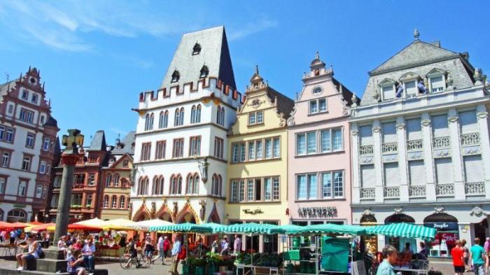 Центральная торговая площадь в городе Трир, Германия