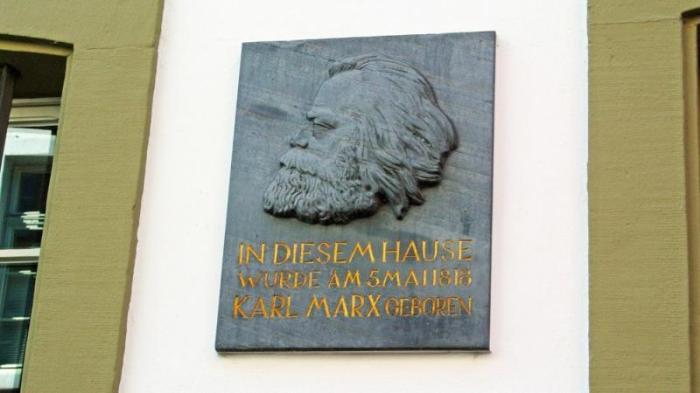 Вывеска музея Карла Маркса