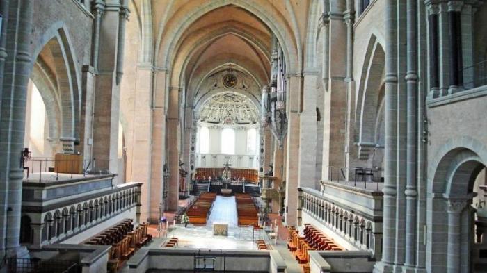 Большой и светлый Кафедральный Собор