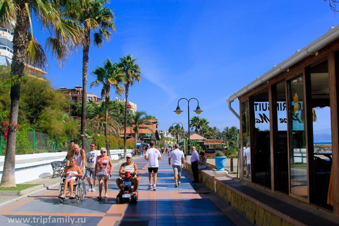 Полностью пешеходная набережная Торремолиноса. Любимое место проведения досуга у туристов и местных.