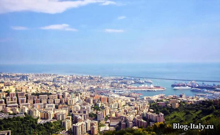 Вид на город и порт Генуи