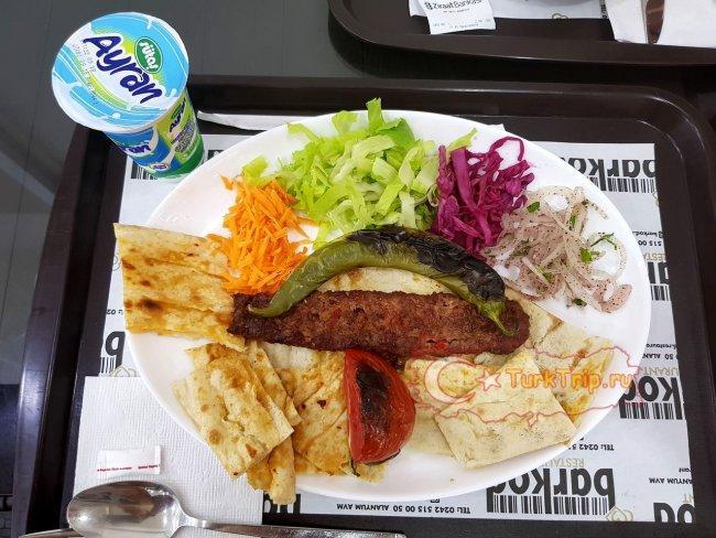 Обед в ресторанном дворике