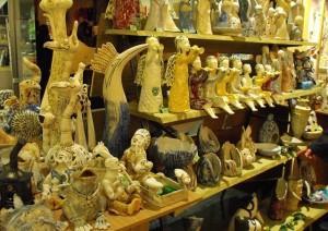 Разнообразие сувениров в магазинах Клайпеды