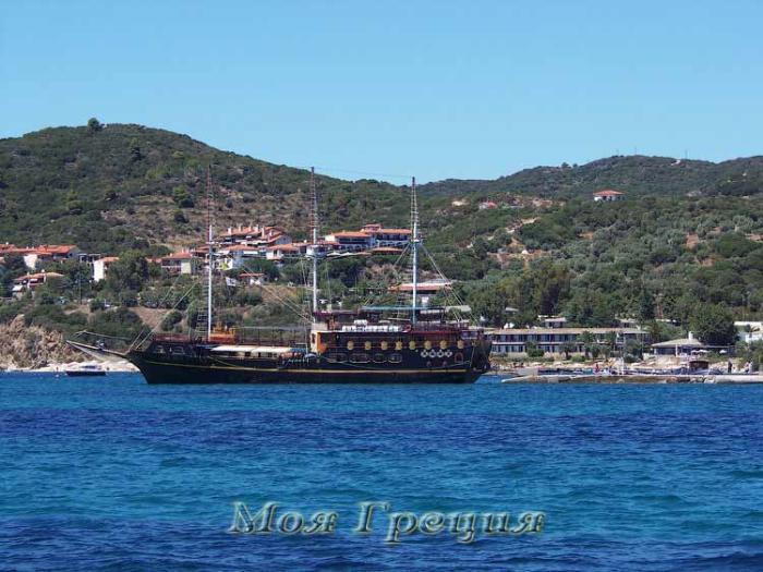 Пиратский корабль, совершающий круизы вдоль Афона