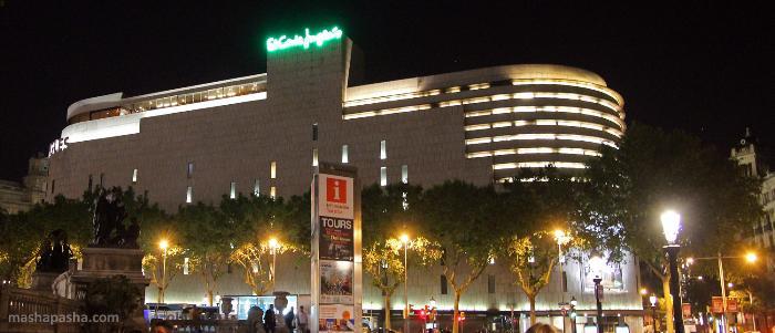 Торговый центр Ель Корте Инглес на площади Каталонии ночью имеет красивую подсветку.