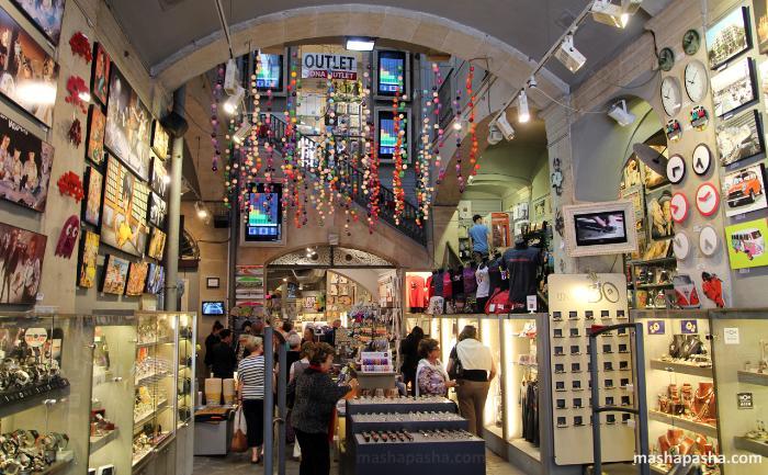 Какой же шоппинг без сувениров? МашаПаша защли в магазин сувениров в центре Барселоны.
