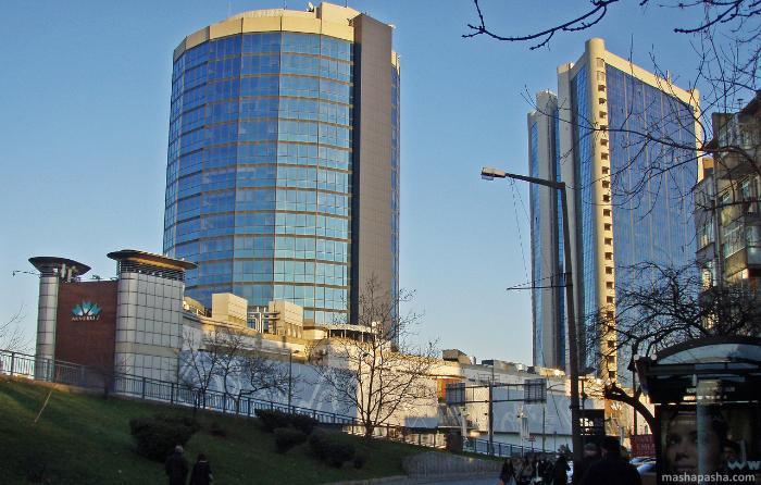 Торговый центр Акмеркез так же находится в помещении крупного комплекса с небоскребами.