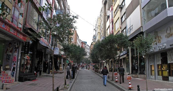 Магазины на одной из улиц района Лалели
