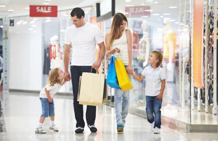 Фото: шоппинг в Америке - торговый центр в Майами и молодая семья, прогуливается по магазинам одежды