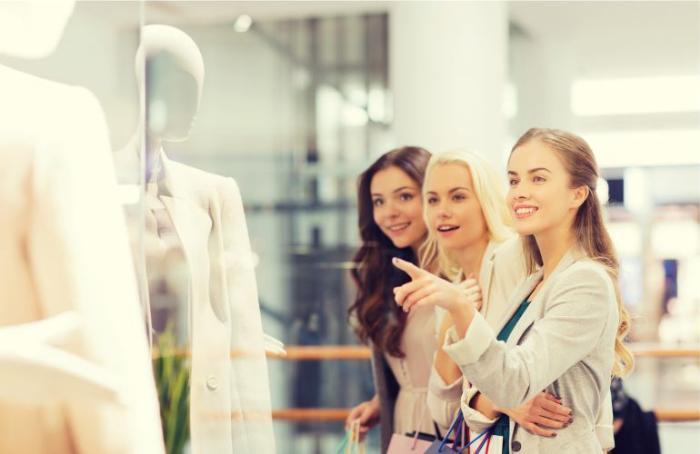 Фотография: скиди и распродажи в Майами, три красивые девушки смотрят на манекен в магазине со скидками