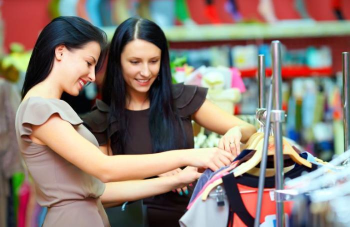 Шоппинг в США - фотография шоппинг гида, помогающая своему клиенту в аутлете в Майами