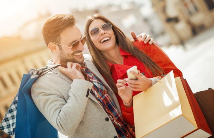фото шоппинг в Майами: моллы, магазины, аутлеты, мужчина и женщина радуются покупкам