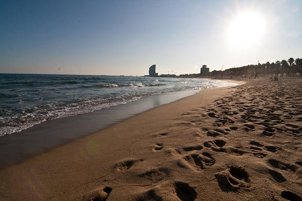 Пляжи в это время года практически пустые.