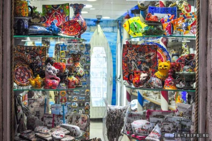 Витрина сувенирного магазина Cats of Kotor, внутри фотографировать запрещено
