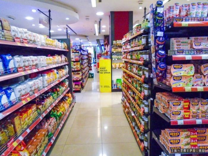 Продуктовый супермаркет в ТЦ Камелия, выбор товаров хороший, цены нормальные