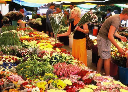 Цветы на любой вкус и цвет на рынке в Нетании.jpg