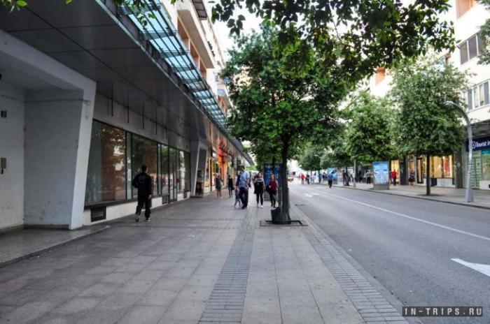 Вечером центр города перекрывают, можно гулять прямо по проезжей части