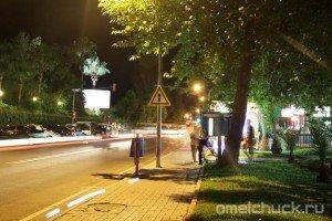 Люди стоят в очереди к таксофону в ночном Кирише (Турция)