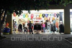 Хозяин магазина одежды в Кирише ждет клиентов.