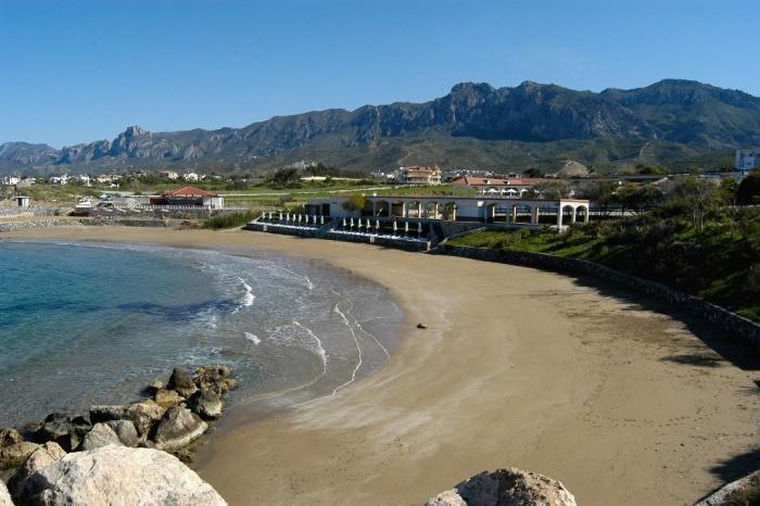Панорама пляжа на Северном Кипре.jpg