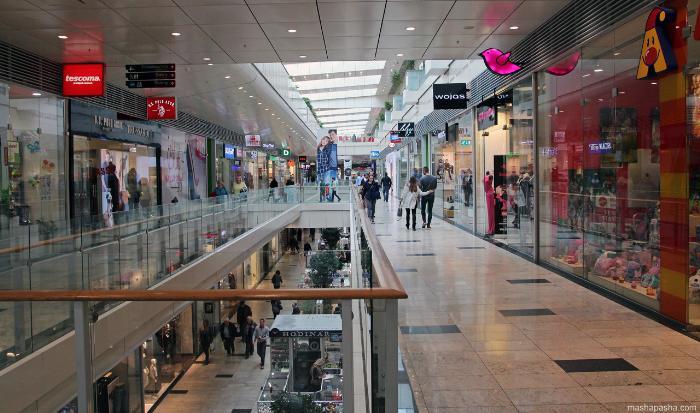 Внутри ТЦ Аупарк (Aupark) много магазинов известных европейских брендов