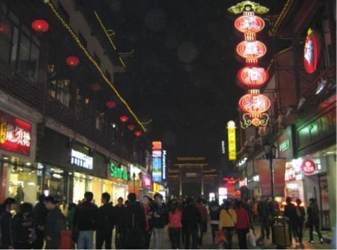 На фото: торговая улица в районе Confucius Temple