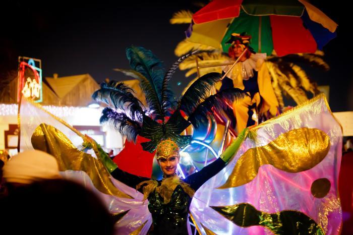 Карнавальное шоу во время торгового фестиваля