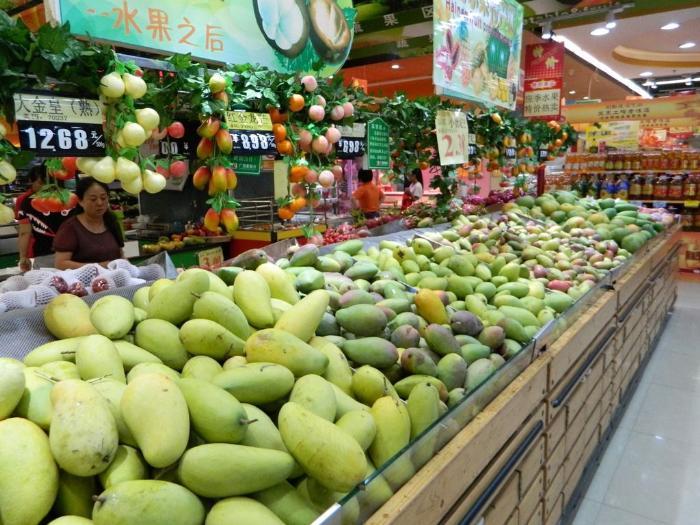 Прилавки с манго, торговый центр Ананас