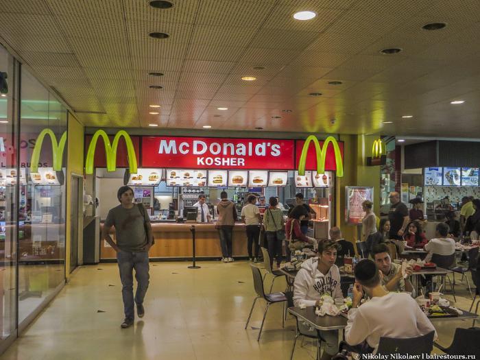 20. Поскольку торговый центр расположен в еврейском районе, то даже Макдональдс тут кошерный.