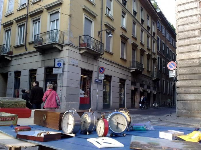 Продажа антиквариата на углу Виа Брера.jpg
