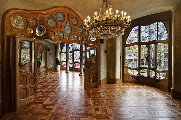Дома эксцентричного Гауди интересны и своими интерьерами.