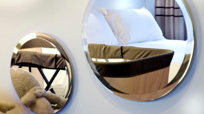 Зеркало в гостинице.