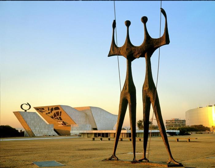 Статуя в Бразилиа.JPG
