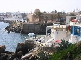 Прикорнувший на скалах ресторанчик Café Sidi Salem La Grotte