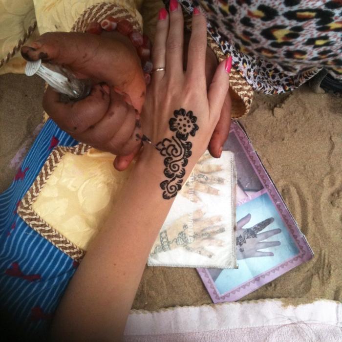 Марокканка рисует мехенди черной хной