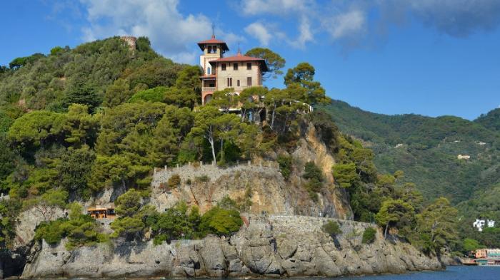Замок Браун среди зеленых насаждений в Портофино