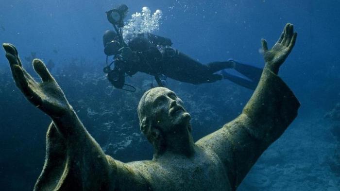 Подводная статуя Христос в бездне в Портофино