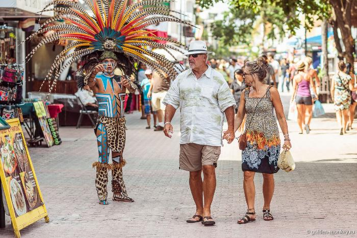 Плайя-дель-Кармен, индеец, развлекающий туристов