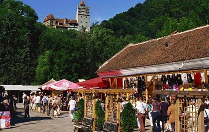 Сувенирный рынок у замка Бран