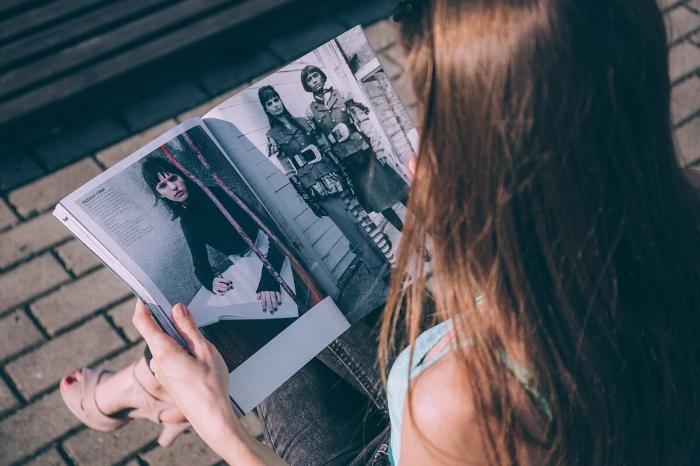 девушка и журнал