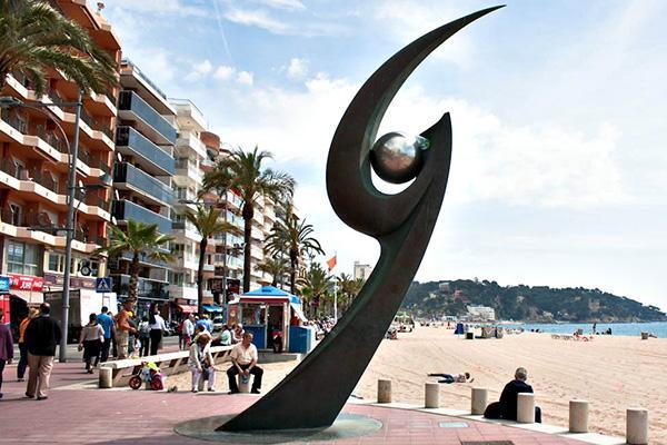 Скульптура на пляже.