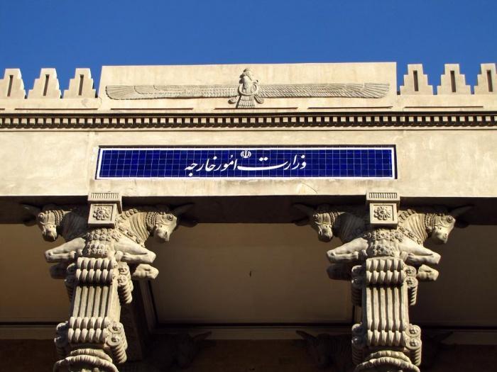 Зороастрийские символы на здании МИДа в Тегеране.jpg