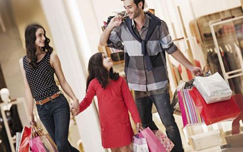 Семья в магазине одежды, фото
