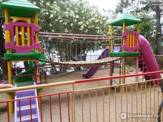 детская площадка недалеко от дельфинария