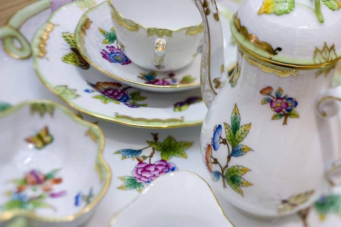 Очень красивая роспись на посуде, сделанной под знаменитой маркой Херенд