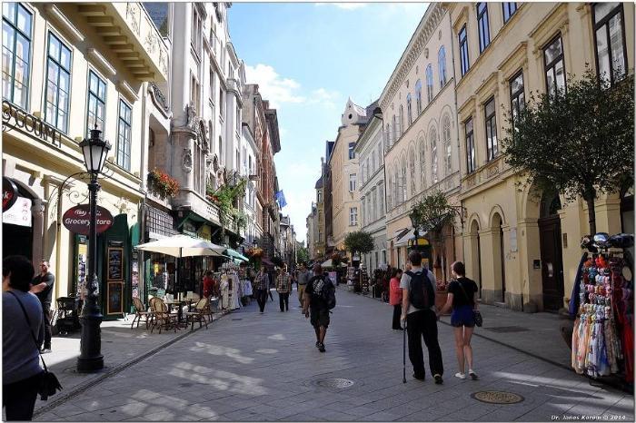 Огромное количество магазинов на улице Ваци
