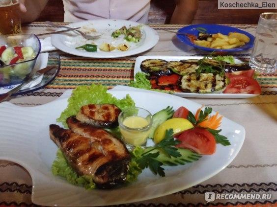 Рыба была суховатой, но вкусной. Соус в рюмке оказался необычным и очень вкусны. Овощи гриль самое удачное блюда из всего нашего заказа.