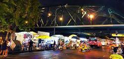 Ночной рынок Memorial Bridge