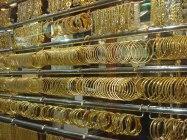 На рынке очень большой выбор украшений из золота и серебра