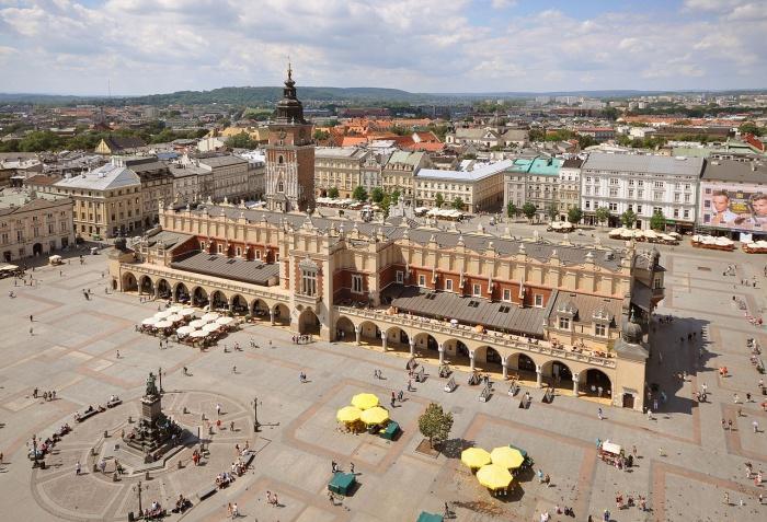 Рыночная площадь Кракова, Суконные ряды и памятник Адаму Мицкевичу.JPG